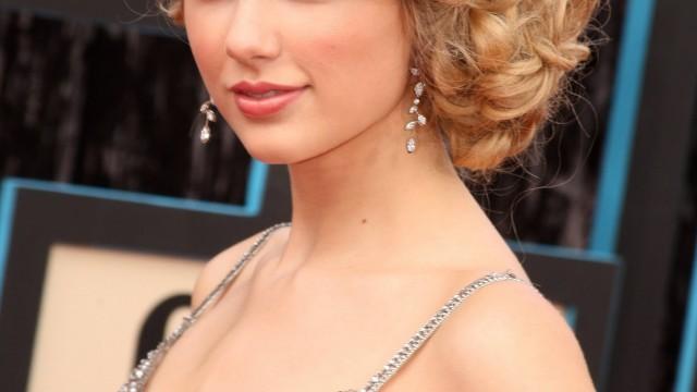 Taylor Swift Klasik Topuz Modeli